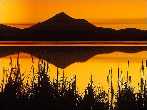 Желтый закат на берегу горного озера. Фото, фотография природа