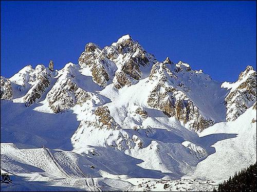 Заснеженные вершины гор. Фото, фотография