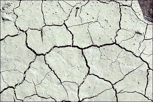 Высохшая, растрескавшаяся земля (почва). Фото, фотография