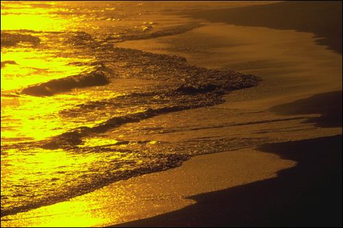 Закат. Кромка моря с пляжем. Фото, фотография картинка